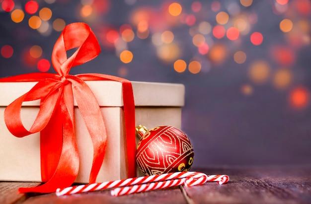 Prezent świąteczny na stole z bliska