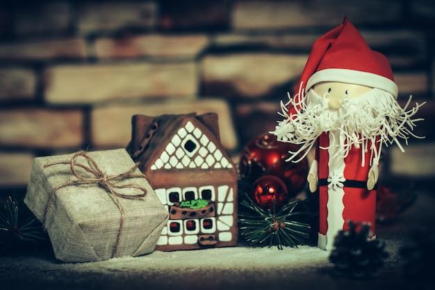 Prezent świąteczny na tle domku z piernika