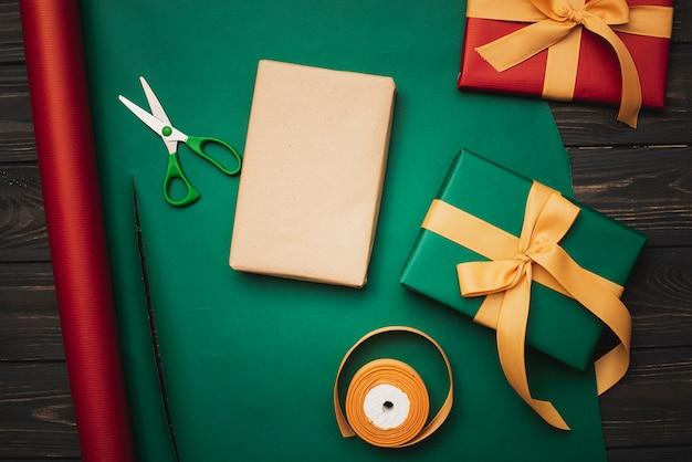 Prezent świąteczny z papierem do pakowania i nożyczkami