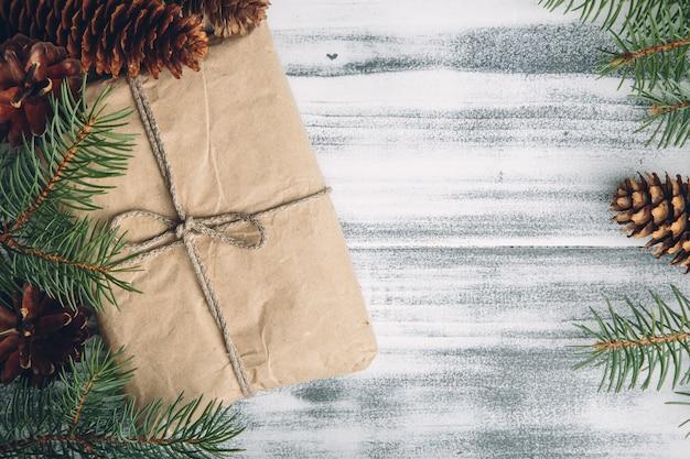 Prezent świąteczny z szyszek i gałęzi jodłowych