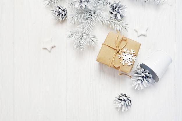 Prezent świąteczny z szyszkami