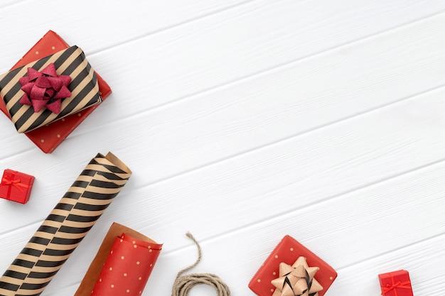 Prezent świąteczny zawijania na biały drewniany stół. widok z góry, płaski układ, miejsce na kopię