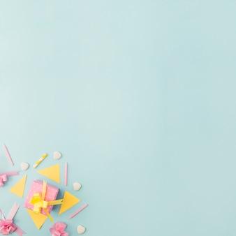Prezent urodzinowy z elementami dekoracyjnymi