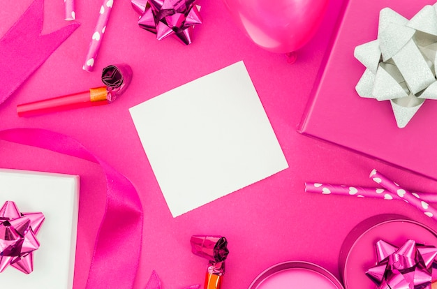 Prezent urodzinowy z kolorowym tłem