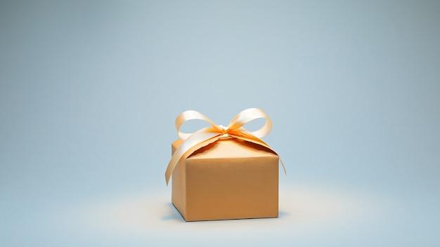 Prezent w pudełku kartonowym z kremową wstążką