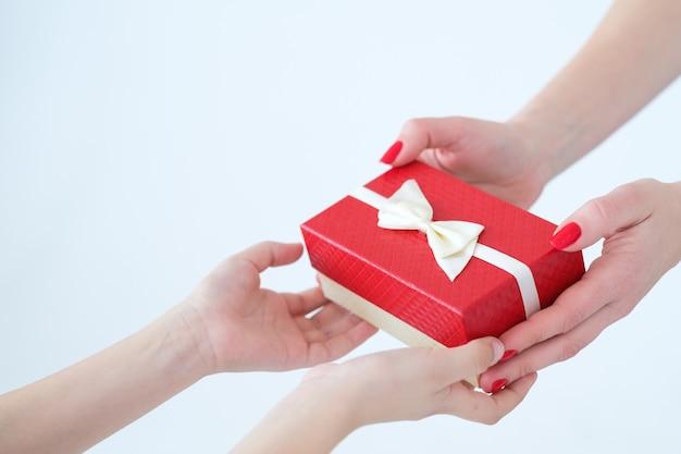 Prezent w pudełku prezentowym dla mamy. kochająca córka i relacje rodzinne.