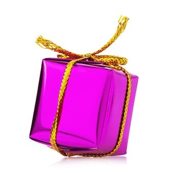 Prezent w pudełku przewiązanym złotą wstążką na białym tle