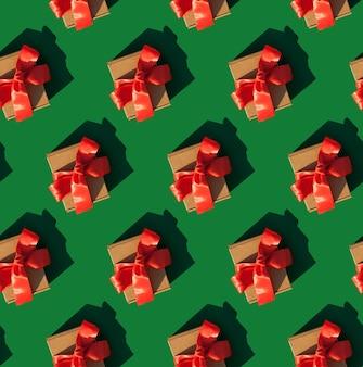Prezent w rzemieślniczym opakowaniu ze wstążką i kokardą na zielonym tle obchody nowego roku
