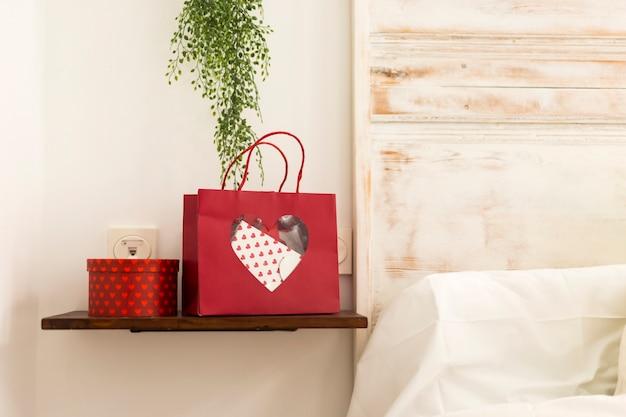Prezent walentynkowy na półce w sypialni
