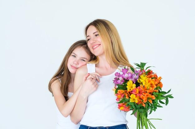 Prezent z bukietem kwiatów na dzień matki lub kobiety. delikatna kompozycja kwiatowa alstremeria.