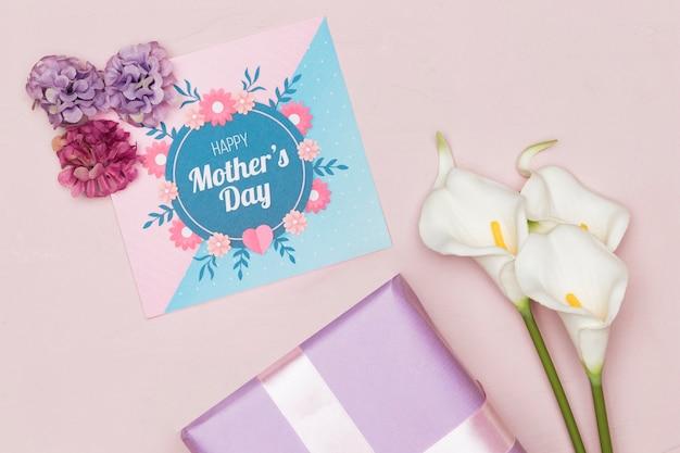 Prezent z kwiatami i kartką na dzień matki