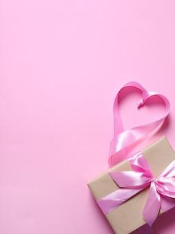 Prezent z różową wstążką