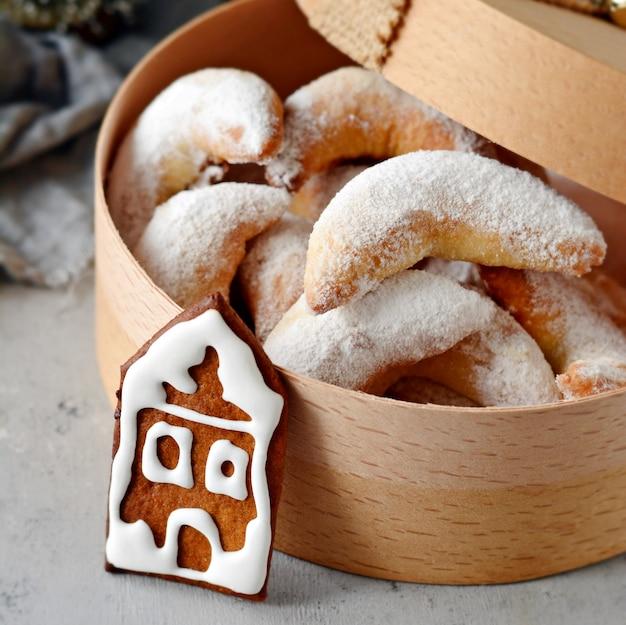 Prezenta pudełko bożenarodzeniowi ciastka na bożenarodzeniowym tle