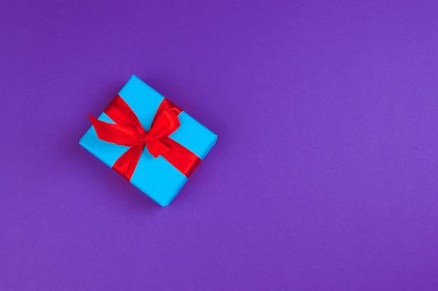Prezenta pudełko na purpurowym tle