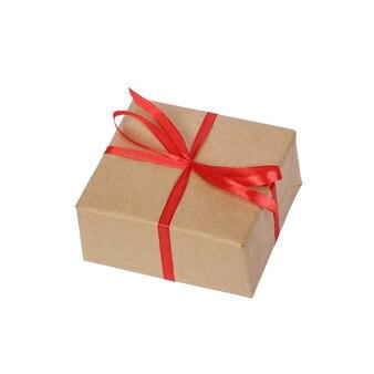 Prezenta pudełko zawijający w brown przetwarzającym papierze z czerwonego tasiemkowego łęku odgórnym widokiem odizolowywającym na białym tle, ścinek ścieżka zawierać