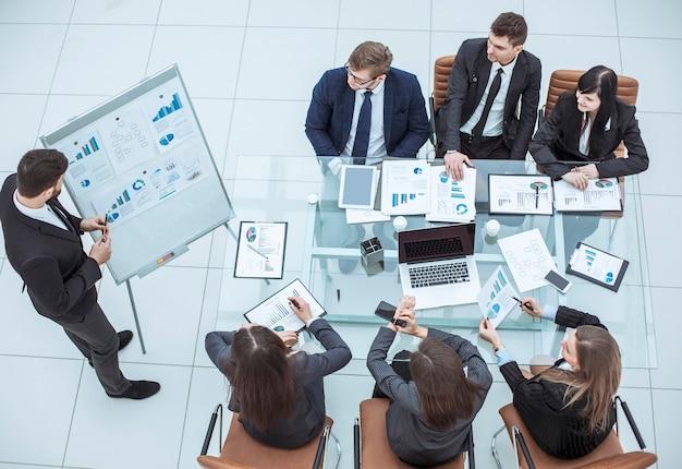 Prezentacja nowego projektu finansowego na stanowisku pracy w biurze