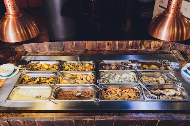 Prezentacja pełnego jedzenia różnorodnych posiłków. bar
