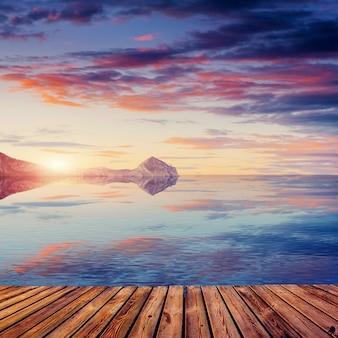 Prezentacja produktu z tłem zachodu słońca na górskim jeziorze koruldi. górna swanetia, gruzja, europa.