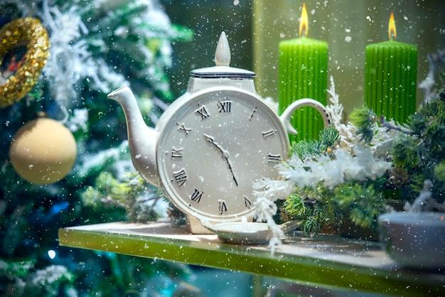 Prezentacja z dekoracją świąteczną lub noworoczną, okno podczas opadów śniegu, czas zimowy