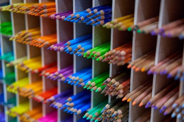 Prezentacja z kolorowymi kredkami do rysowania w sklepie dla artystów lub papeterii tło koncepcji sztuki