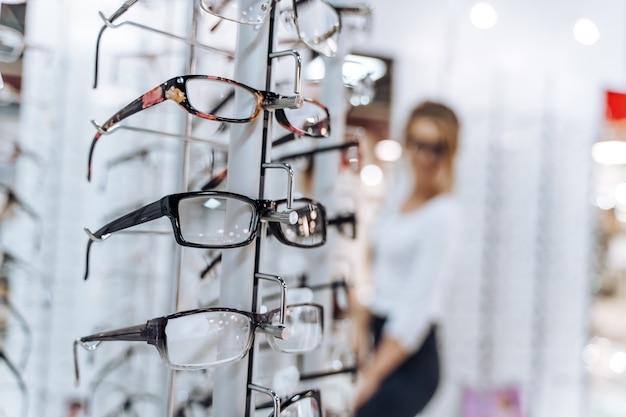 Prezentacja z okularami w nowoczesnym sklepie okulistycznym. sklep z okularami. stojak z okularami w sklepie z optyką. prezentacja z okularami w nowoczesnym sklepie okulistycznym. zbliżenie.