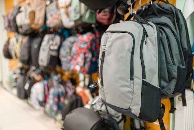 Prezentacja z plecakami w sklepie sportowym