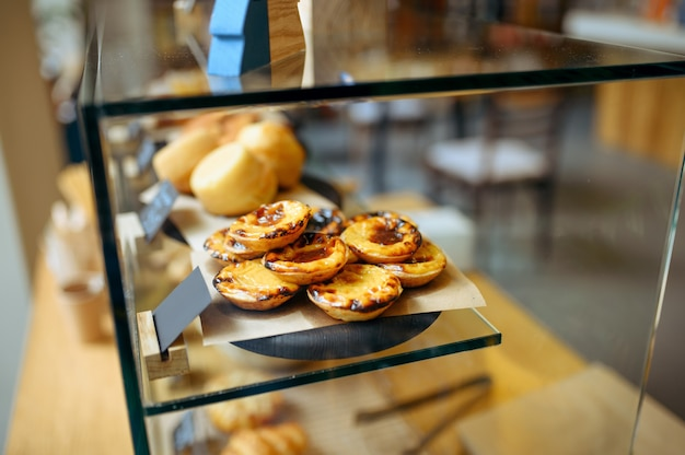Prezentacja ze smacznymi ciastami, słodyczami i rogalikami, kawiarnia. asortyment kawiarni, nikt, świeże pieczywo i deser