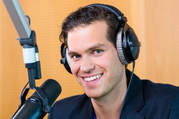 Prezenter radiowy w stacji radiowej na antenie