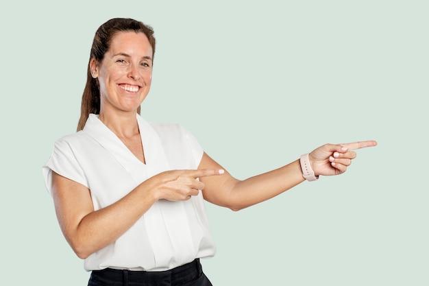 Prezenterka wskazująca palcem po prawej stronie