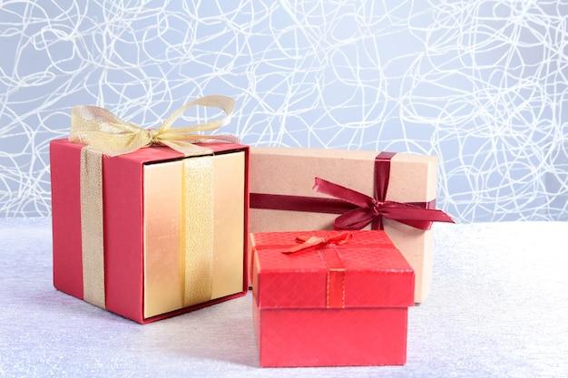 Prezentów pudełka z łękiem na drewnianym tle. świąteczne dekoracje