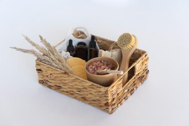 Prezentowe pudełko spa z olejkami eterycznymi, naturalnym serum, mydłem, gąbkami i różową himalajską solą spa