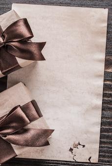 Prezentuje pudełka z wiązanymi łękami tapetuje pionowo wakacyjną wersję pojęcie