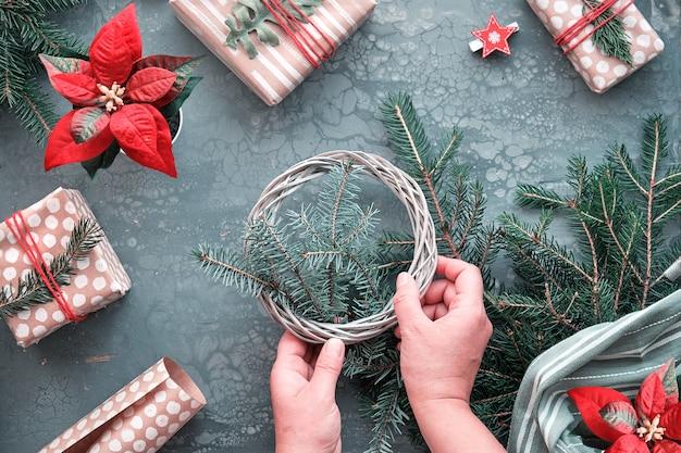 Prezenty bożonarodzeniowe diy i ręcznie robione dekoracje. ekologiczne obchody bożonarodzeniowe o niskim wpływie na środowisko. leżał na płasko, widok z góry na robienie dekoracji świątecznych.