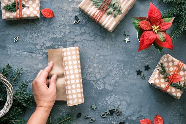 Prezenty bożonarodzeniowe diy i ręcznie robione ozdoby, pudełka na prezenty zawinięte w papier do pakowania.