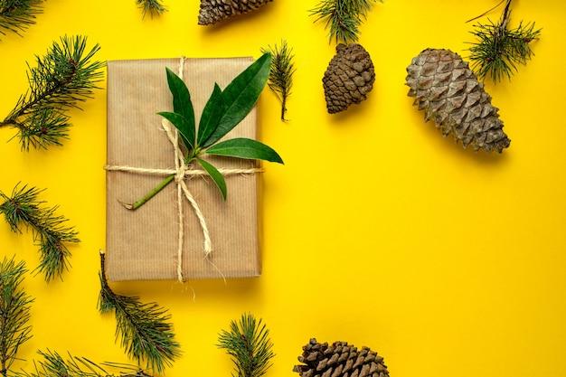 Prezenty bożonarodzeniowe wykonane ręcznie z papieru kraftowego i przewiązane sznurem
