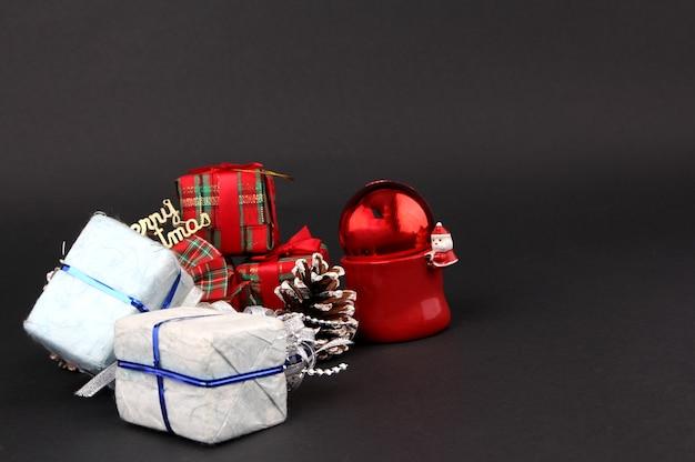 Prezenty i dekoracje na boże narodzenie z czarnym tłem.