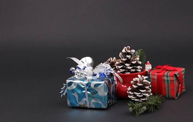 Prezenty i dekoracje na wigilię bożego narodzenia z czarnym tłem.