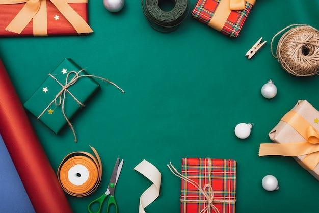Prezenty i inne świąteczne przedmioty na zielonym tle