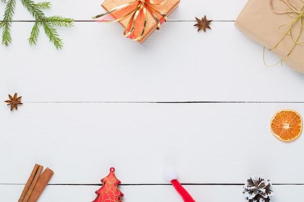 Prezenty i ozdoby świąteczne na białym drewnianym.