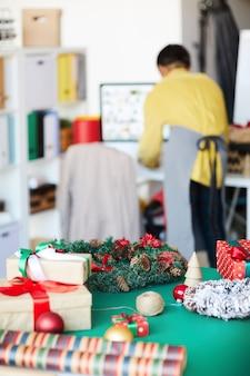 Prezenty i ozdoby świąteczne na stole