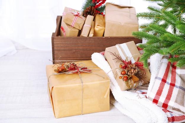 Prezenty i ozdoby świąteczne w pudełkach w pobliżu choinki