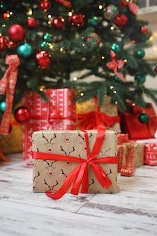 Prezenty i prezenty pod choinką, koncepcja ferii zimowych