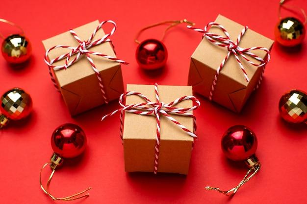 Prezenty i świąteczny wystrój na kolorowym czerwonym tle.