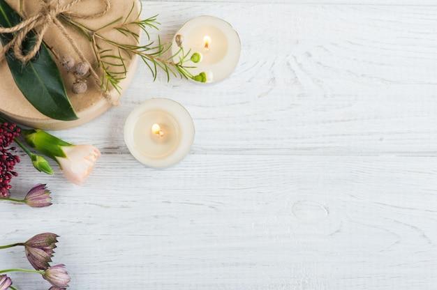 Prezenty i zapalone świece, kwiatki
