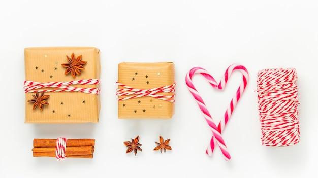 Prezenty na boże narodzenie i nowy rok z pudełkami prezentowymi i zimową dekoracją
