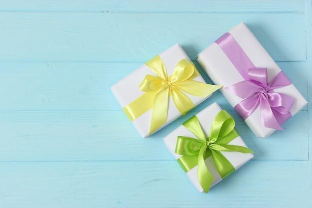 Prezenty na kolorowym tle święta dające prezenty urodzinowe