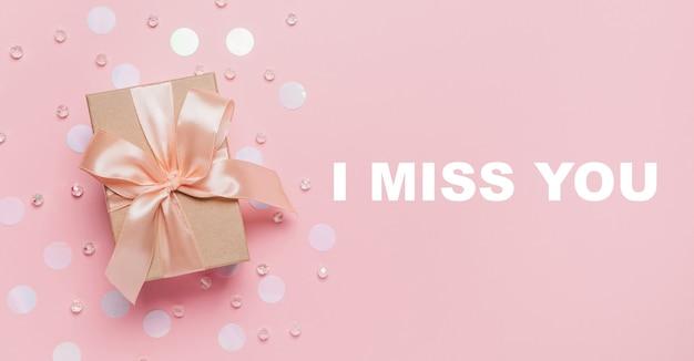 Prezenty na różowym tle, koncepcja miłości i walentynki z tekstem tęsknię za tobą