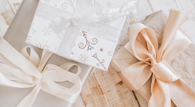 Prezenty noworoczne i świąteczne zabawki na drewnianej podłodze