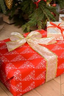 Prezenty noworoczne zapakowane w opakowania na boże narodzenie