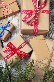 Prezenty noworoczne zawinięte w papier pakowy